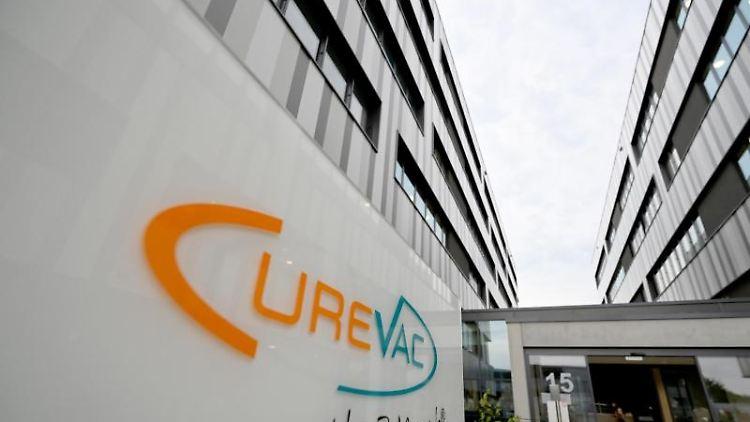 Das Logo des Bio-Tech Unternehmens Curevac steht vor dem Eingang der Firmenzentrale in Tübingen. Foto: Bernd Weißbrod/dpa/Archivbild