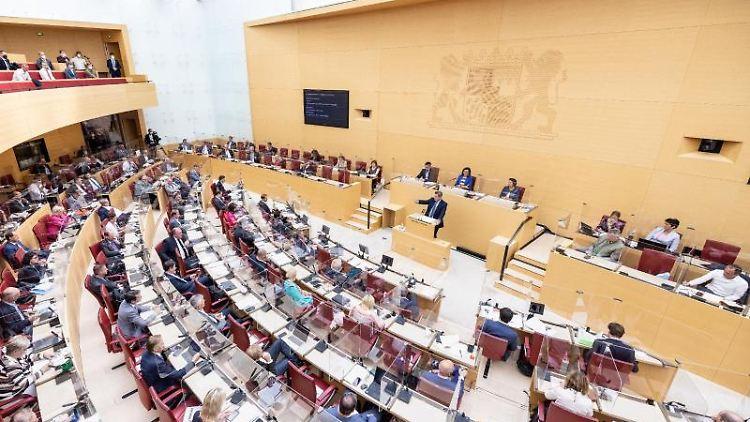 Abgeordnete nehmen an einer Landtagssitzung teil. Foto: Matthias Balk/dpa/Archivbild
