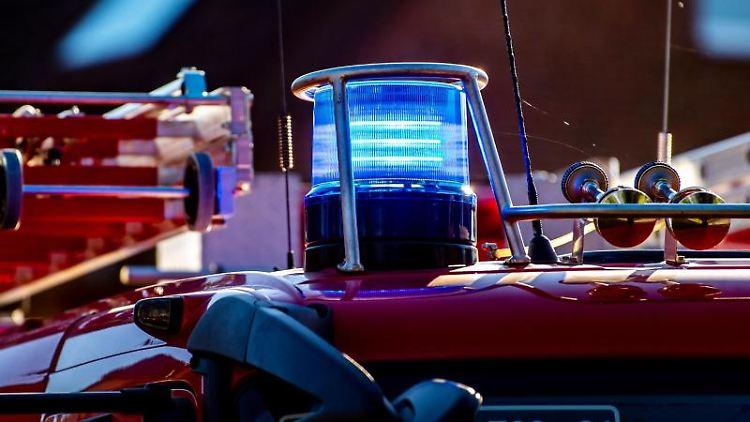 Das Blaulicht leuchtet auf dem Dach eines Einsatzfahrzeugs der Feuerwehr. Foto: David Inderlied/dpa/Symbolbild