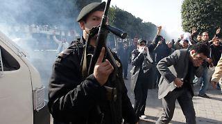 2011-01-17T052805Z_01_ZOH02_RTRMDNP_3_TUNISIA-PROTESTS.JPG6787167832274538619.jpg