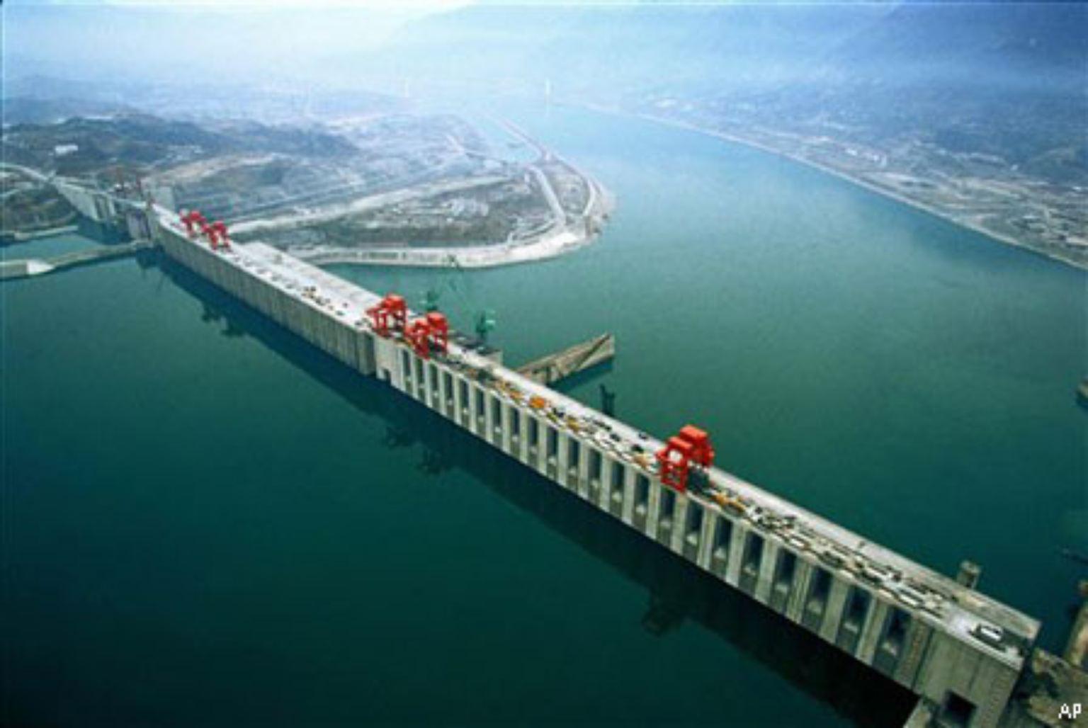 Eine Talsperre von 185 Metern Höhe und rund 200 Metern Länge: Der Drei-Schluchten-Staudamm ist eines der größten und umstrittensten Dammbauprojekte der Welt.