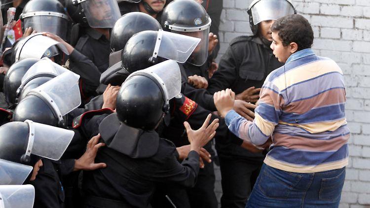2011-01-26T042703Z_01_CAI113_RTRMDNP_3_EGYPT-PROTEST.JPG3506348498024843998.jpg