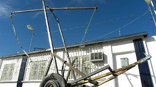 2011-01-28T053530Z_01_CD04_RTRMDNP_3_USA-MEXICO-CATAPULT.JPG6751225706032076057.jpg