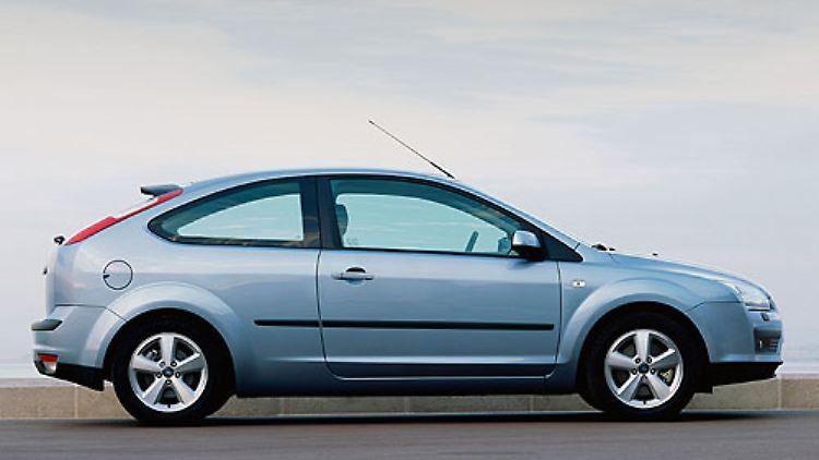 Die Neuauflage 2004 brachte den Focus II und damit eine größere Nähe zum Rest der Ford-Familie. Das Auto wurde von außen dynamischer. Die Formung des Kühlergrills näherte sich dem des Mondeo an.