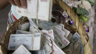 Mit Geldkörben auf dem Markt