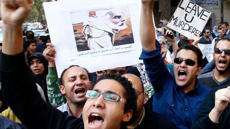 2011-02-21T200055Z_01_AMR06_RTRMDNP_3_LIBYA-PROTESTS-EGYPT.JPG5536568808870162694.jpg