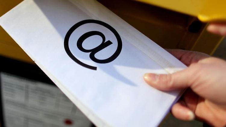 De-Mails oder auch Online-Briefe sollen die Sicherheit bei der elektronischen Kommunikation erhöhen. (Bild: dpa)