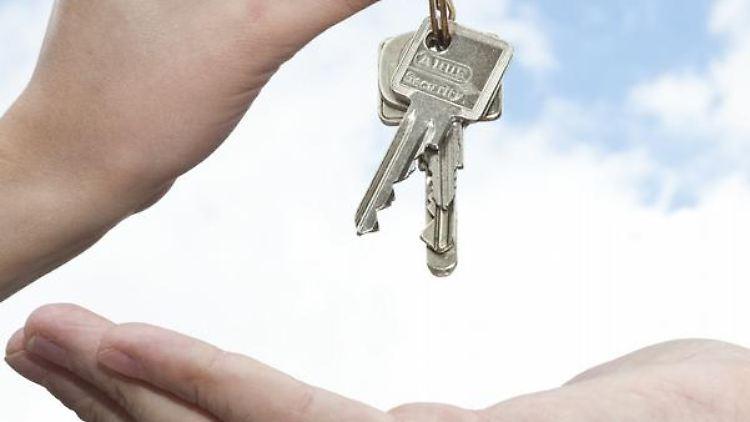 Immobilienverkäufer müssen eine Menge bedenken, bevor sie die Schlüssel des Hauses an den neuen Besitzer übergeben können. (Bild: Warnecke/dpa/tmn)