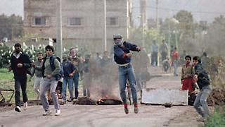 Die Bilder gehen um die Welt: Im Dezember 1987 beginnt die erste Intifada. Geprägt ist sie von jugendlichen Palästinensern, die Steine auf Israelis werfen. (Bild: Nablus 1988.)