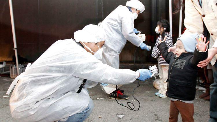 2011-03-12T163548Z_01_KKH701_RTRMDNP_3_JAPAN-QUAKE-LEAKAGE.JPG4562651802615005608.jpg