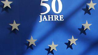 Das Gemeinschaftsprojekt Europa feiert seinen 50. Geburtstag. Am 1. Januar 1958 traten die Römischen Verträge offiziell in Kraft und die damals sechs Teilnehmerländer begannen, ihre zukunftsweisende Zusammenarbeit in die Tat umzusetzen.