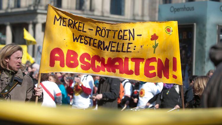 Teilnehmer einer Demonstration gegen Atomkraft halten am Samstag (19.03.11) in Hannover ein Transparent mit der Aufschrift