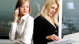 Was hat sie, das ich nicht habe? Wenn Kollegen befördert werden oder eine Prämie erhalten, sorgt das leicht für Neid. (Bild:Diagentur/dpa/tmn)