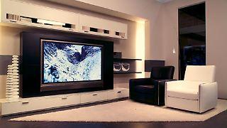 Sie haben ein großes Wohnzimmer und suchen einen passenden Flachbildfernseher?