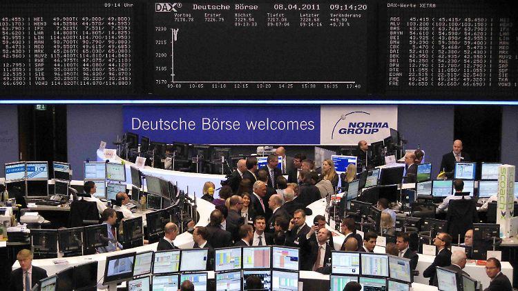 Großes Gedränge zum Auftakt in Frankfurt: Der Börsengang des hessischen Industrie- und Infrastruktur-Ausrüsters Norma Group führt zahlreiche Gäste in den großen Handelssaal.