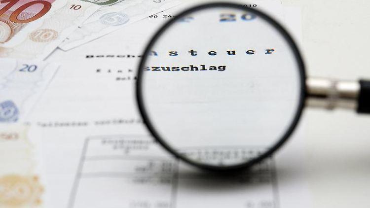 Den Steuerbescheid genauer unter die Lupe zu nehmen, kann sich lohnen. Denn nicht immer sind die Berechnungen des Finanzamts richtig. (Bild: Warnecke/dpa/tmn)