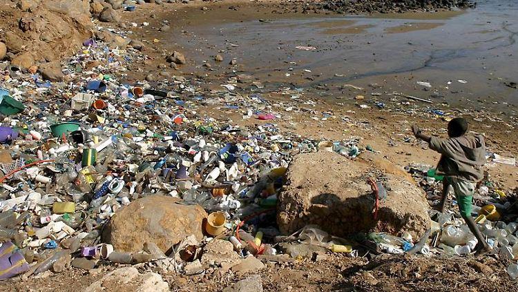 Blick auf einen Abschnitt an der Küste des Senegals: Plastik sei rund um den Globus der am weitesten verbreitete marine Müll, so ein Bericht.