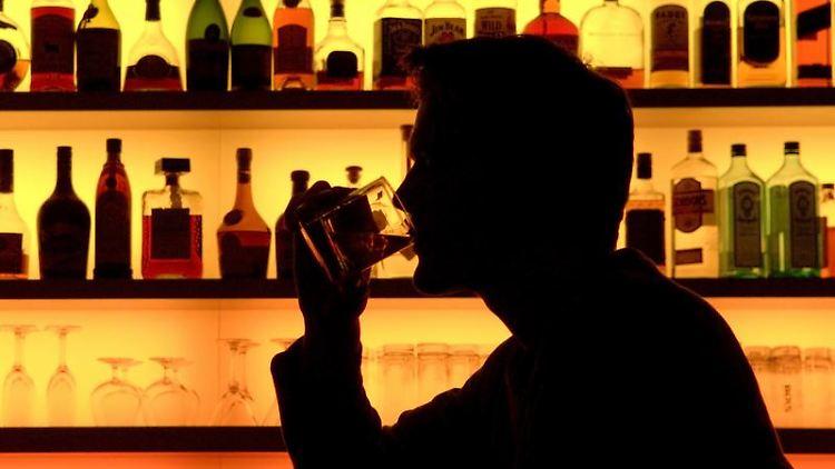 Ob Absacker oder Feierabendbier: Alkohol kann schnell zum Problem werden. (Bild: dpa)