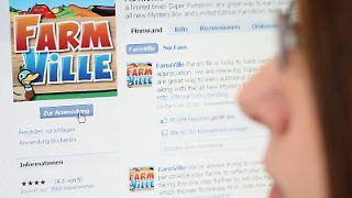 Eine Frau öffnet in Frankfurt am Main im Internet die Applikation «FarmVille» auf Facebook.