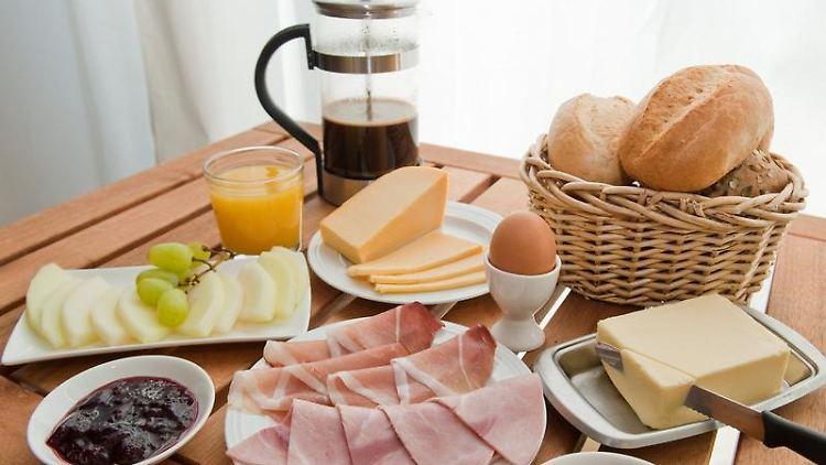 In der Woche dauert das Frühstück im Schnitt nur 15 Minuten - daher gibt es vielerorts Müsli und Cornflakes. (Bild: Warnecke/dpa/tmn)Eine Weißwurst darf das 12-Uhr-Läuten nicht hören, heißt es in Bayern. Traditionell wird sie daher zum Frühstück verspeist. (Bild: Schrader/dpa/tmn)Neben Marmelade legen viele Deutsche ab und zu eine Scheibe Käse oder Wurst aufs Brot - oder beides gemeinsam. (Bild: Warnecke/dpa/tmn)