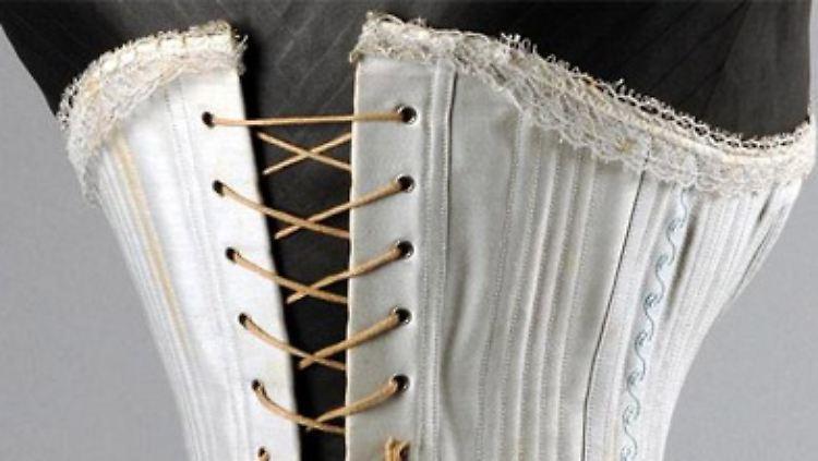 Bedeutend älter wiederum ist dieses Korsett aus Baumwolle aus den 1880er Jahren. Der Taillenumfang beträgt 48 cm. Das muss nicht gesund gewesen sein.