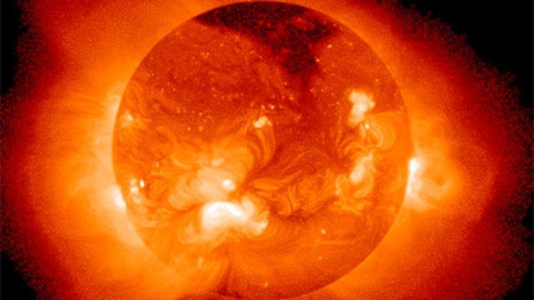 Das kann nur gelingen, wenn die Kerne mit hoher Geschwindigkeit aufeinander zufliegen. Dazu muss man das Gasgemisch, das die Kerne enthält, auf Temperaturen von etwa 100 bis 200 Mio. Grad (!) bringen. Denn bei hohen Temperaturen besitzen die Kerne höhere Bewegungsenergie und damit höhere Geschwindigkeiten.