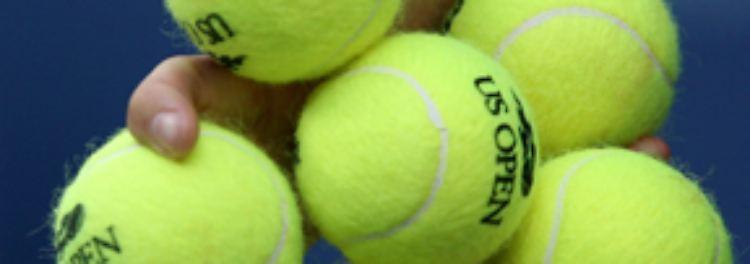 Man kann es auch mit einem eingenähten Tennisball im Rücken der Schlafanzugjacke versuchen. Der verhindert, dass sich der Schnarcher auf den Rücken drehen kann.