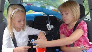 Spiele halten Kinder auf Autofahrten bei Laune. Karten- oder Würfelspiele sind aber weniger empfehlenswert, weil schnell Teile davon unter die Sitze fallen können.jpg