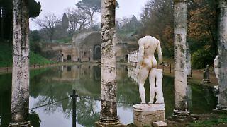 Canopus der Villa Adriana mit Blick auf das Serapeion.jpg
