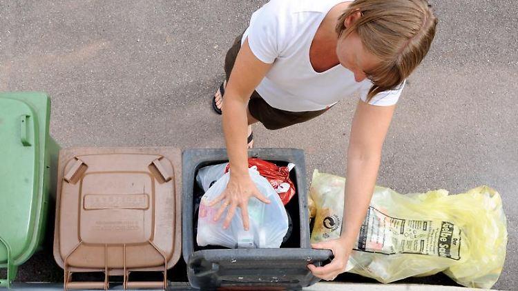 Restmüll oder Gelber Sack? Viele Verbraucher nehmen es mit der Mülltrennung nicht so genau. (Bild: dpa)