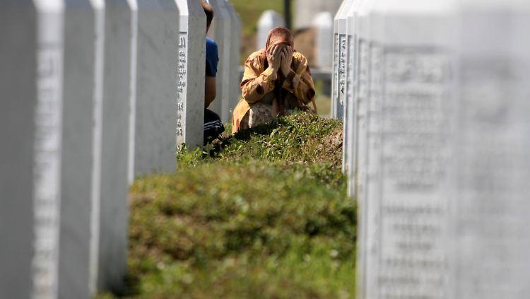 Eine Frau betet auf dem Potocari Gedenkfriedhof am Grab ihrer Verwandten, die bei dem Massaker von Srebrenica getötet wurden. Der Völkermord jährt sich am 11. Juli zum 16. Mal.