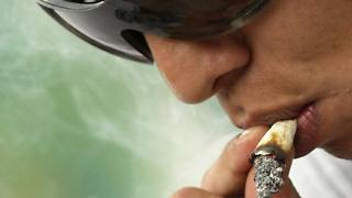 Ein junger Mann in Mexiko raucht einen Joint. Gehirnforscher haben neue Erkenntnisse zur Drogensucht gewonnen, die in einer Behandlung hilfreich sein könnten. (Archivbild)