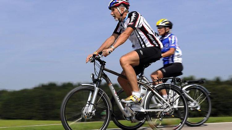 Ungewöhnlich hohes Tempo: An den Umgang mit einem Pedelec müssen sich Radfahrer wegen des enormen Beschleunigungsvermögens erst gewöhnen. (Bild: pd-f/dpa/tmn)