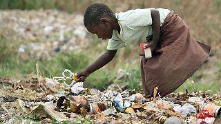 Im August hatte die Seuche im Township Chitungwiza ihren Anfang genommen. Mittlerweile sind mehr als 16.000 Menschen in Simbabwe an Cholera erkrankt, mehr als 770 sind gestorben.