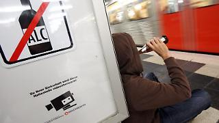 Alkoholkonsum in Bus und Bahnen - das soll in Hamburg demnächst verboten sein. In mehreren ausländischen Städten ist das schon lange so.jpg