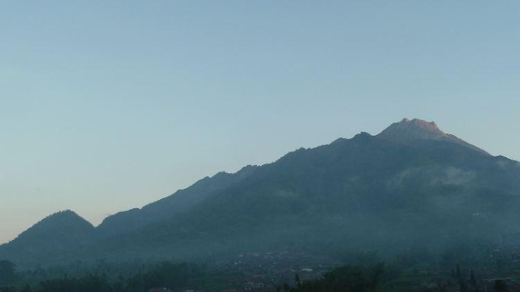 Der Merapi thront über dem Bauerndorf Selo..JPG