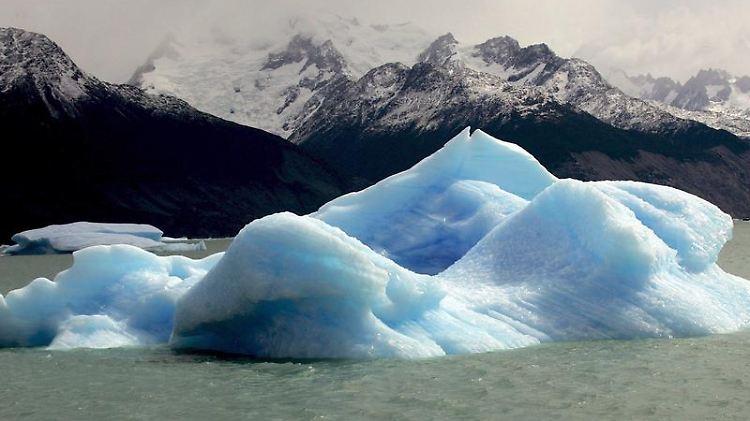 Ein großer Eisblock schwimmt auf dem Argentina-See in Patagonien. Das Meereis in der Arktis ist in diesem Sommer auf einen neues Minimum zusammengeschmolzen.jpg