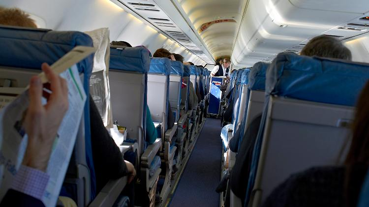 Flugzeug_Kabine_Passagiere_Stewardess.jpg