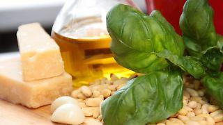 Basilikum, Pinienkerne, Pecorino, Knoblauch und Olivenöl: Das sind die Zutaten für das klassische grüne Pesto. (Bild: Brichta/dpa/tmn)
