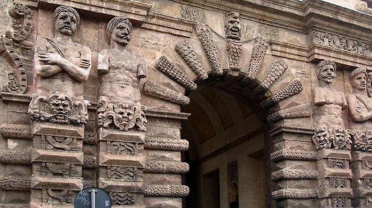 Von der 500 Jahre alten Porta Nuova starren riesenhaften Maurenfiguren wie Aladins Lampengeist unheilverkündend auf den Fußgänger herab.jpg