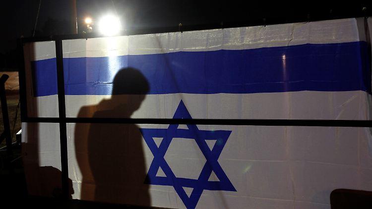 2011-10-18T073117Z_01_JER10_RTRMDNP_3_PALESTINIANS-ISRAEL.JPG7335765314657614199.jpg