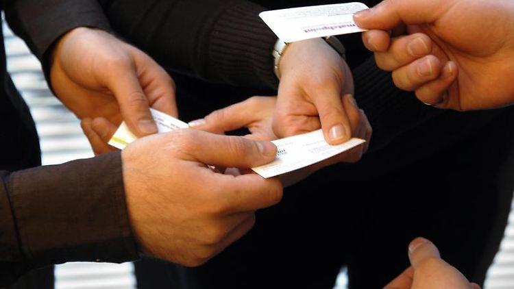 Beim potenziellen Arbeitgeber nicht nur eine Visitenkarte hinterlassen - sondern auch einen guten Eindruck! (Bild: Jens Schierenbeck/dpa/tmn)
