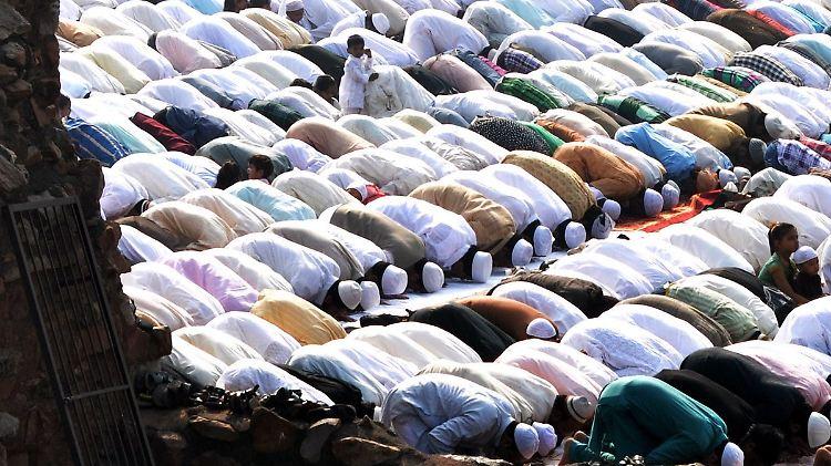 Muslime feiern Opferfest Eid al-Adha: Indische Muslime beten in den Ruinen der Abdul-Aziz-Shah-Moschee in Neu Delhi. Das Opferfest ist das höchste islamische Fest und wird weltweit begangen.