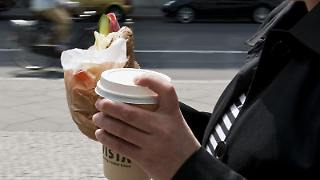 «Coffee to go» - ein heißes Vergnügen bei dem Vorsicht geboten ist. (Bild: Franziska Koark/dpa/tmn)