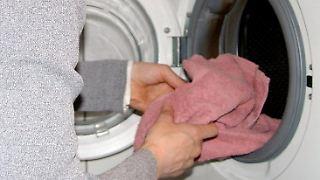 Verschmutzte Mikrofaserputztücher gehören in die Waschmaschine, aber ohne den Zusatz von Weichspülern.