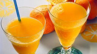 Ein Glas Orangensaft zur Mahlzeit verbessert die Eisenaufnahme. (Foto: Verband der deutschen Fruchtsaft-Industrie)