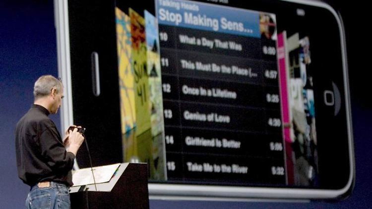 Apple-Gründer Steve Jobs präsentiert am 09.01.2007 auf der MacWorld Expo in San Francisco das erste iPhone. Foto: John G. Mabanglo