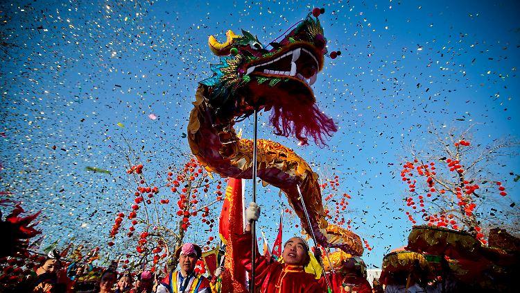 Einen Tag vor dem Beginn des neuen Jahres zeigen Schauspieler im Park von Peking den Drachentanz. In der Nacht zum 23. Januar beginnt für die Chinesen in aller Welt das
