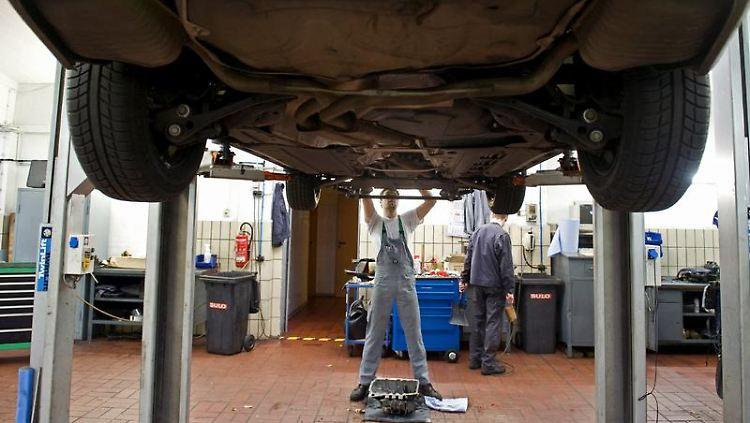 BGH-Urteil: Nach einem Unfall hat der Geschädigte das Recht, seinen Wagen in einer Markenwerkstatt reparieren zu lassen. (Bild: dpa)