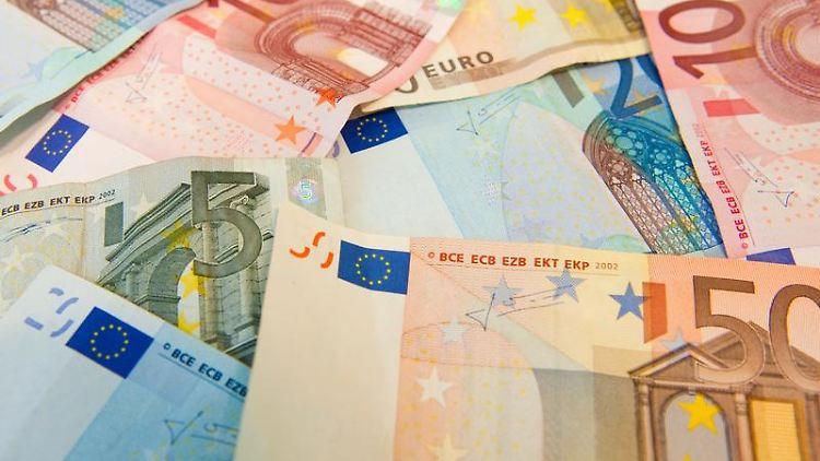 Die Deutschen häufen seit Jahrzehnten stetig mehr Geldvermögen an.